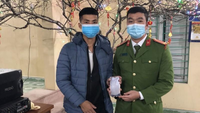 Anh Xuân nhận lại chiếc điện thoại. Ảnh: Công an tỉnh Quảng Ninh.