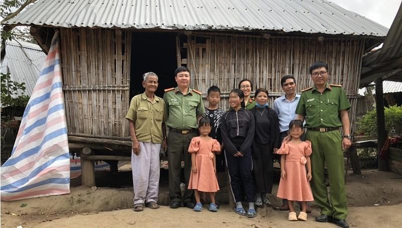 Đại diện Công an huyện Kbang chụp ảnh lưu niệm bên gia đình hai bé gái. Ảnh: Công an tỉnh Gia Lai.
