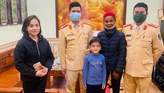 Cảnh sát Hà Nội tìm người thân cho bà già đi lạc ngày Tết