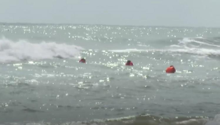 Cứu nam sinh bị sóng cuốn, ông bảo vệ cũng mất tích trên biển