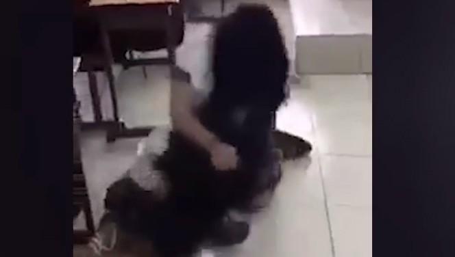 Nữ sinh lớp 10 đánh bạn kinh hoàng trong lớp học