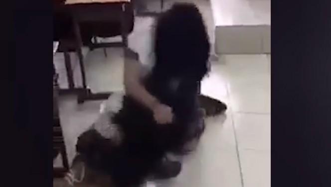Tạm đình chỉ hai nữ sinh lớp 10 đánh bạn, phạt các em đứng xem