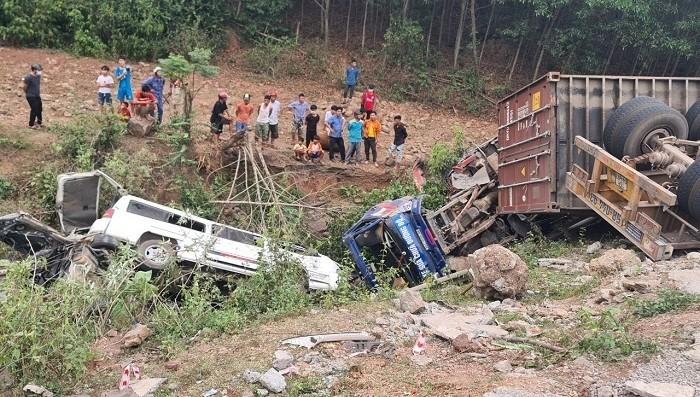 Kinh hoàng xe đầu kéo mất lái tông 3 ô tô cùng nhiều người xuống vực sâu