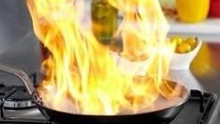 Cách xử lý dầu, mỡ bùng cháy khi nấu ăn