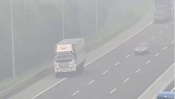 Liều lĩnh lái ô tô tải đi lùi trên cao tốc Hà Nội - Hải Phòng