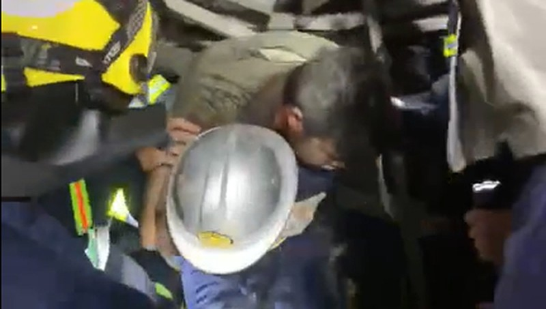 Sập giàn giáo ở Hà Nội, người đàn ông mắc kẹt dưới đống đổ nát