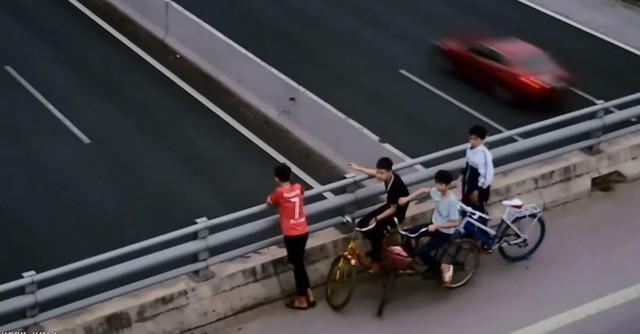 Bốn học sinh ném đá vỡ kính ô tô trên cao tốc Hà Nội - Hải Phòng - 2
