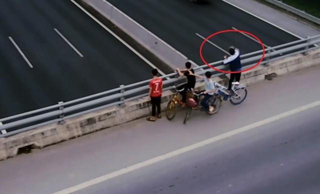 Bốn học sinh ném đá vỡ kính ô tô trên cao tốc Hà Nội - Hải Phòng - 1