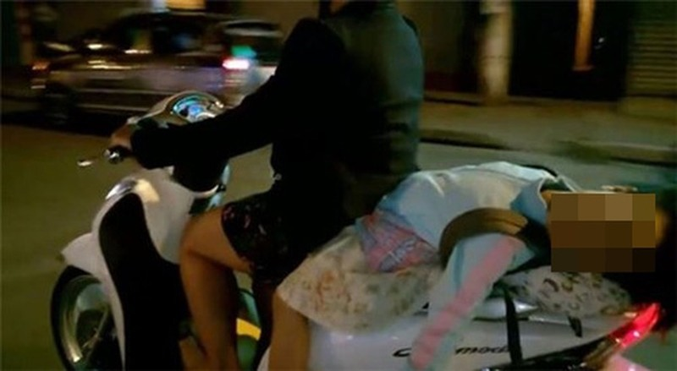 Hình ảnh bé gái ngủ gục, nằm hẳn ra yên xe máy trên phố Hà Nội khiến ai cũng phải thót tim - Ảnh 3.