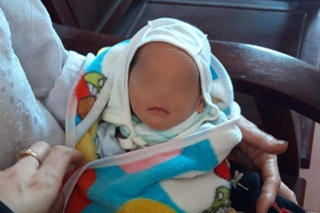 Lên mạng xin con, người phụ nữ bất ngờ nhận được bé sơ sinh - 1