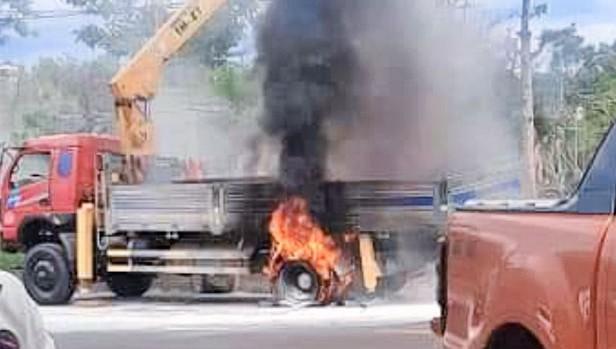 Vướng dây điện bên đường, xe cẩu bốc cháy dữ dội, hai người cấp cứu