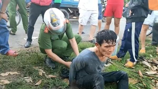 Truy bắt kẻ dùng kéo hung hãn tấn công 2 người, cướp taxi
