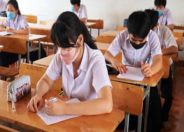 Các thi sinh tham gia kỳ thi tốt nghiệp THPT tại TP HCM phải đeo khẩu trang.