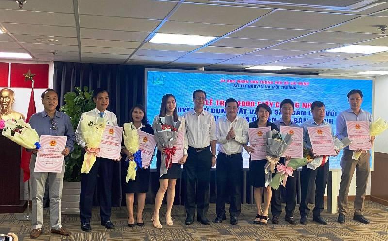 """TP HCM: 16 dự án nhà ở được gỡ """"tắc"""" với 1.000 sổ hồng được trao cho chủ đầu tư"""
