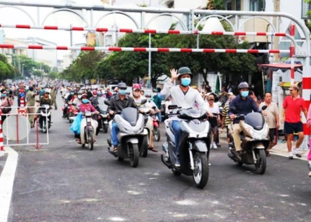 Người dân 2 bên cầu An Phú Đông vui mừng khi cầu thông xe.