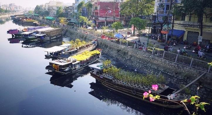 """Chợ hoa xuân """"Trên bến dưới thuyền"""". (nguồn FB)"""