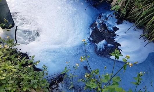 Ống nước xả thải của Công ty TNHH Nhuộm và giặt là thời trang quốc tế thải ra môi trường đen ngòm, sủi bọt trắng.