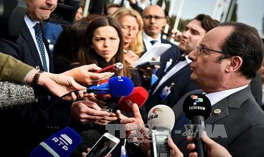Tổng thống Pháp Hollande trả lời các phóng viên sau khi kết thúc hội nghị thượng đỉnh các nước Nam Âu diễn ra tại Lisbon. Ảnh: AFP/TTXVN