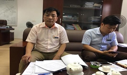 Ông Hoàng Văn Thắng - Phó TGĐ Công ty nước sạch Hà Đông (bên trái) và cán bộ Công ty làm việc với PV Báo PLVN.