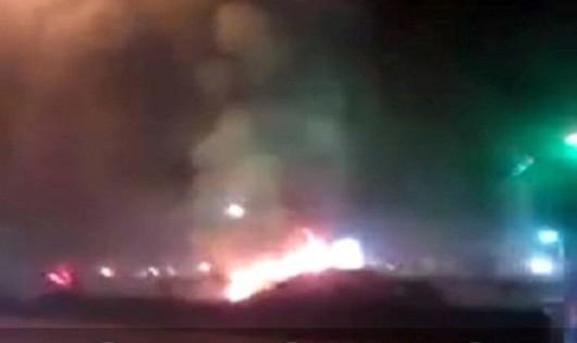 Ô tô Camry bốc cháy dữ dội khi đang chạy trên đường