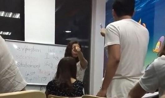 """Cô giáo tiếng Anh chửi học viên là """"mặt người óc lợn"""". (Ảnh cắt từ Clip)."""