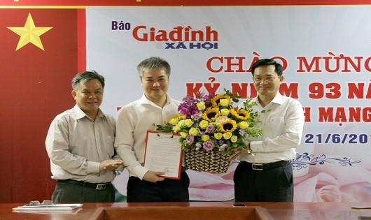 Tiến sỹ Lê Cảnh Nhạc, Phó Tổng cục trưởng thường trực Tổng cục Dân số - Bộ Y tế (bìa phải) trao quyết định bổ nhiệm cho ông Trần Tuấn Linh..