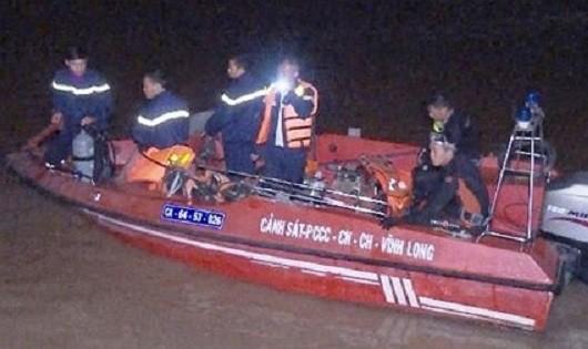 Lực  lượng chức năng tiến hành cứu nạn và tìm kiếm thi thể nạn nhân.