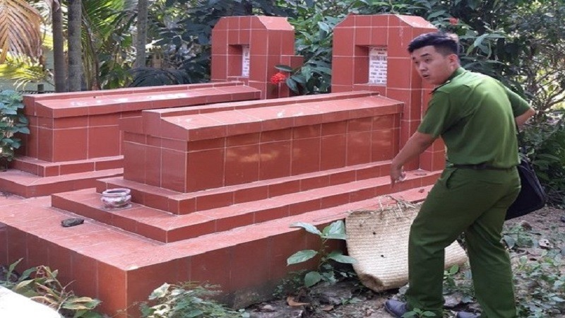 Tại hiện trường, cảnh sát phát hiện một số tang vật liên quan đến đá gà. (Ảnh: Anh Minh).