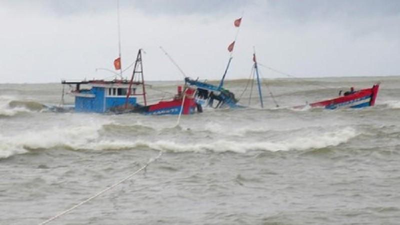 Sóng lớn đánh chìm thuyền khiến chồng tử vong, vợ mất tích