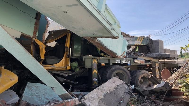 Xe cẩu nghi bị mất lái tông sập 2 nhà người dân cạnh Quốc lộ 1