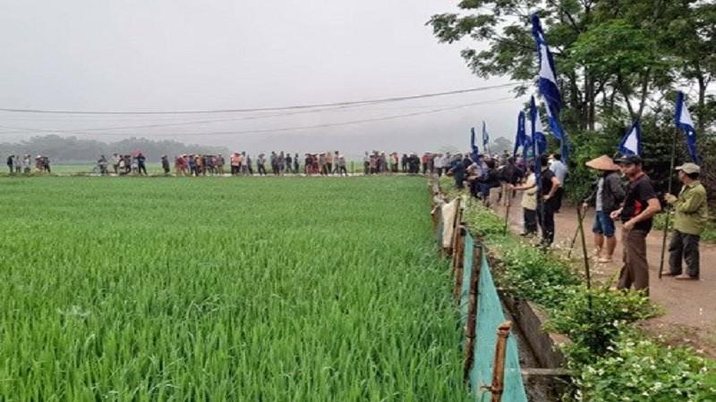 Người dân tới đưa tang cho nạn nhân xấu số.