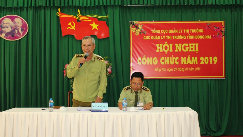 Ông Võ Văn Tỉnh - Quyền Cục trưởng Cục Quản lý thị trường tỉnh Đồng Nai (bên trái). Ảnh: Báo Đồng Nai