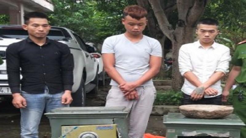 Nhóm nghi phạm cùng tang vật bị cơ quan công an bắt giữ.