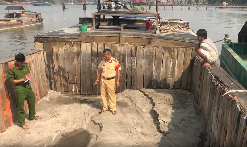 Tổ Công tác của đội Cảnh sát đường thủy, phòng  Cảnh sát giao thông (PA 08) Công an Tỉnh Đồng Nai, đang bắt giữ phương tiện hút cát trái phép trên sông Đồng Nai.
