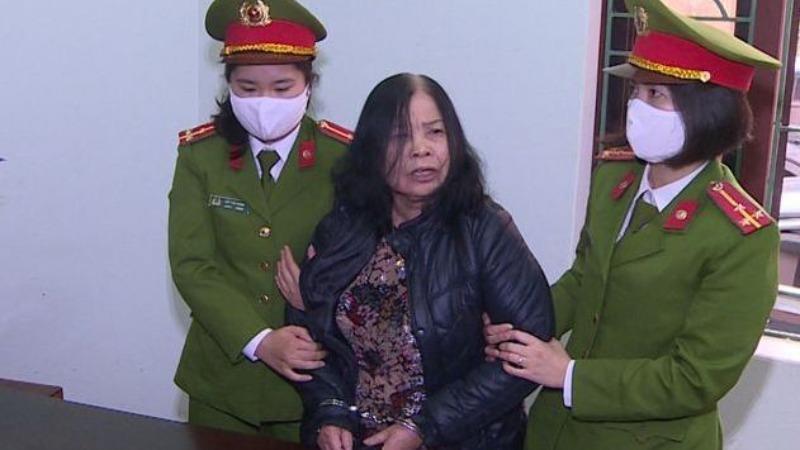 Công an tỉnh Thanh Hóa thi hành lệnh bắt tạm giam Lê Thị Ngọc (Ảnh: Công an Thanh Hóa)
