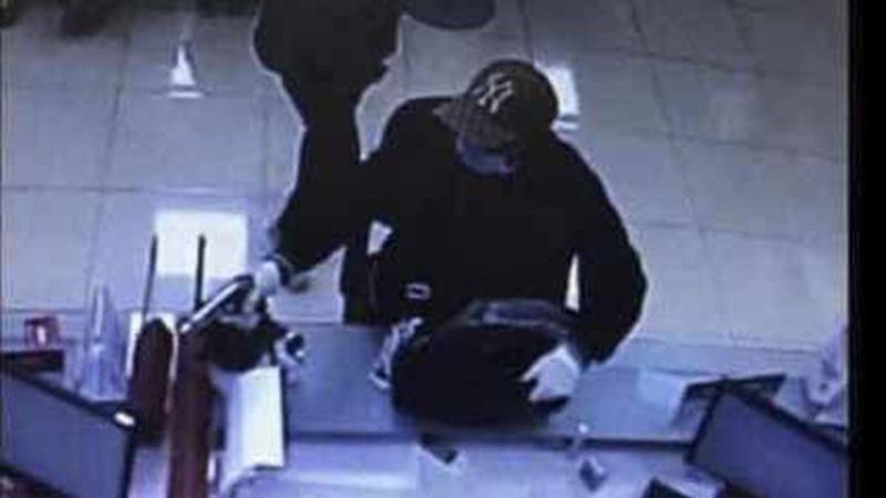 Đối tượng mang súng vào cướp ngân hàng được camera an ninh ghi lại.