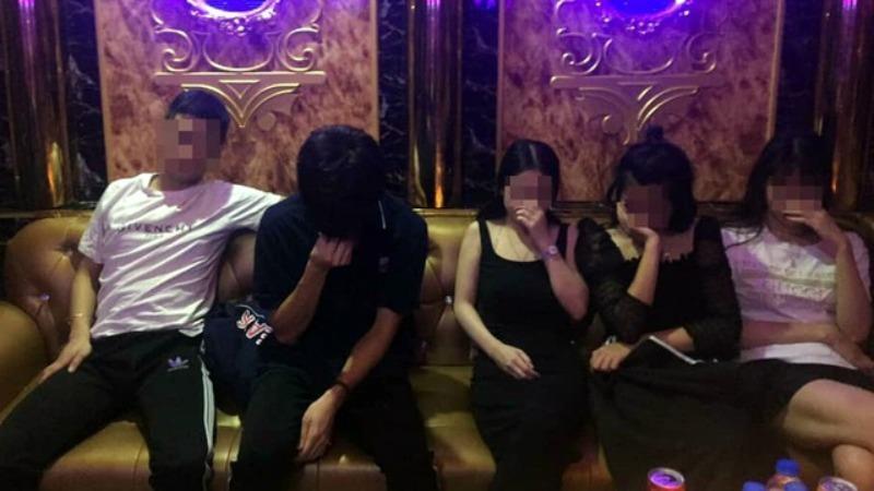 """Bắt quả tang 10 đối tượng """"bay lắc"""" trong quán karaoke"""