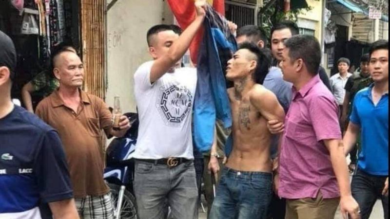 Nam thanh niên cầm dao dọa chém người đi đường rồi khống chế một phụ nữ suốt đêm