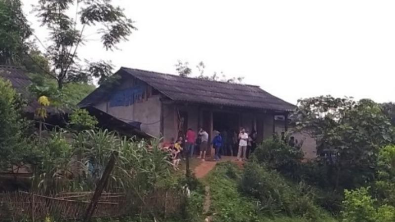 Người dân địa phương đến thăm hỏi, động viên gia đình nạn nhân