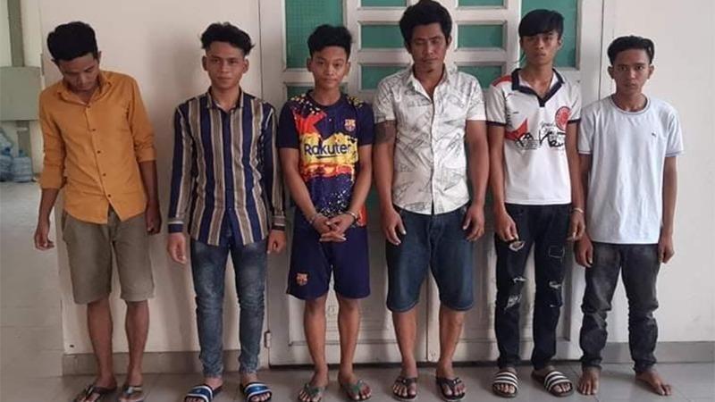 Chau Thươl (thứ 3 từ trái qua) cùng các đối tượng khác tại cơ quan Công an