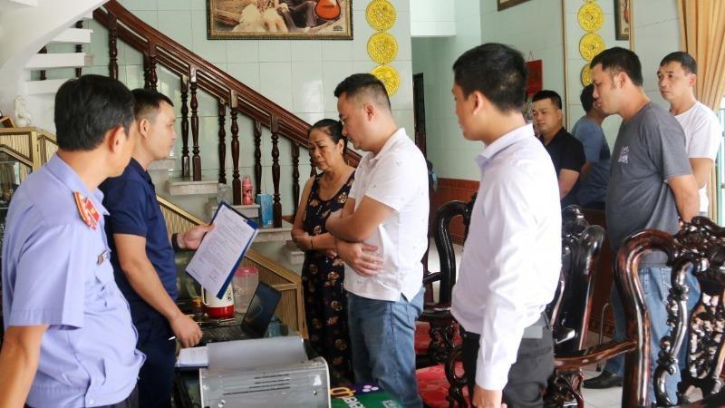 Công an tỉnh Quảng Bình tống đạt lệnh khám xét khẩn cấp nơi ở của đối tượng Nguyễn Viết Thắng (Ảnh: Công an Quảng Bình)