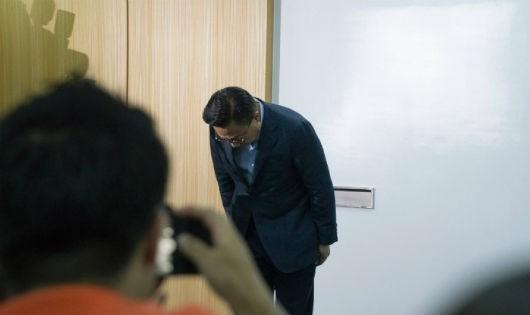 Giám đốc kinh doanh mảng thiết bị di động của Samsung Koh Dong-jin xin lỗi tại buổi họp báo. (Nguồn: CNNMoney)