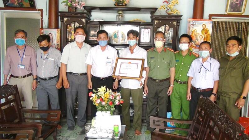 Tặng bằng khen cho ông Hoàng Quốc Sự công an viên xã Xuân Bắc, huyện Xuân Lộc, Đồng Nai vì hành động dũng cảm bắt cướp.