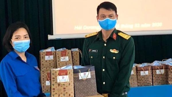 Lãnh đạo Tỉnh đoàn Hải Dương trao quà cho cán bộ, chiến sỹ