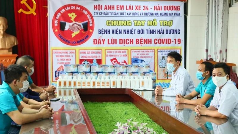 Công ty Hoàng Gia Phát và Hội anh em lái xe 34 - Hải Dương ủng hộ khẩu trang, nước sát khuẩn.