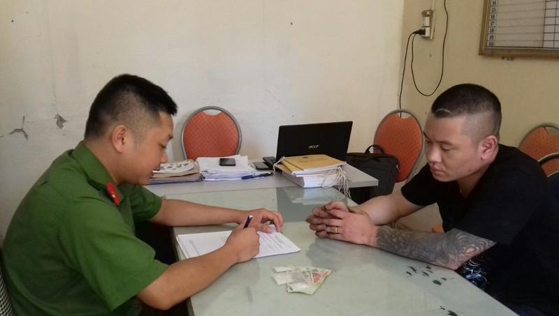 Đối tượng Phong làm việc với công an.