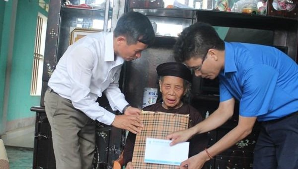 Tỉnh đoàn Hải Dương thăm và trao tặng quà cho các gia đình chính sách, người có công