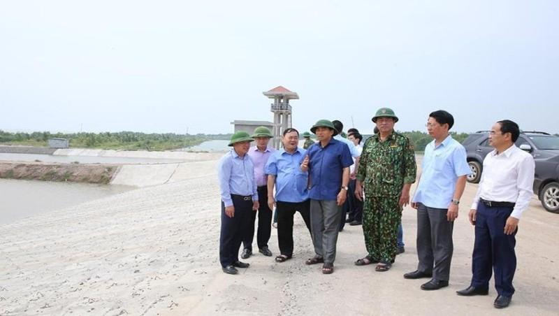 Chủ tịch UBND tỉnh Ninh Bình Đinh Văn Điến (áo xanh đậm) cùng đoàn kiểm tra đi kiểm tra tình hình phòng, chống bão.