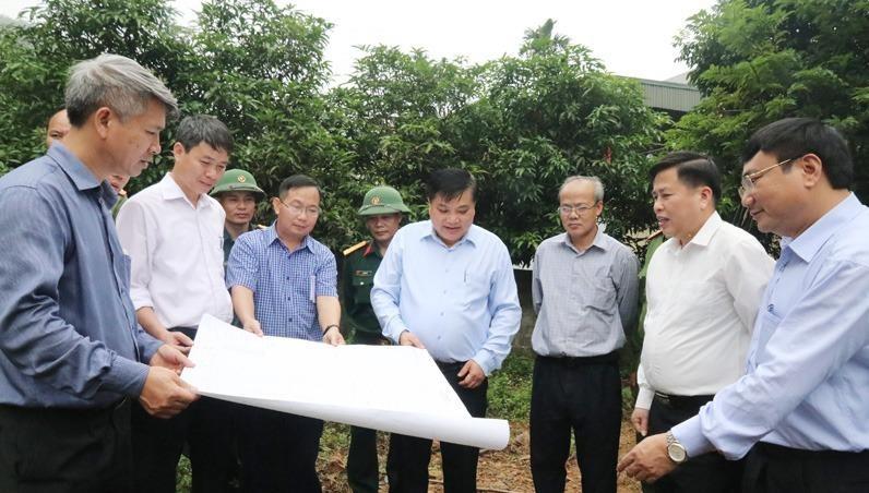 Đoàn công tác của UBND tỉnh Hoà Bình kiểm tra tình hình sạt lở ở huyện Lương Sơn.
