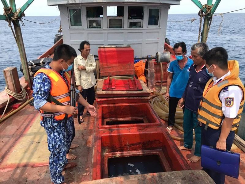 Cảnh sát biển kiểm tra tàu có dấu hiệu vi phạm